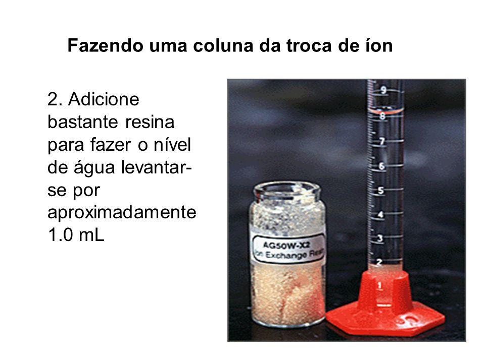 Fazendo uma coluna da troca de íon 2. Adicione bastante resina para fazer o nível de água levantar- se por aproximadamente 1.0 mL