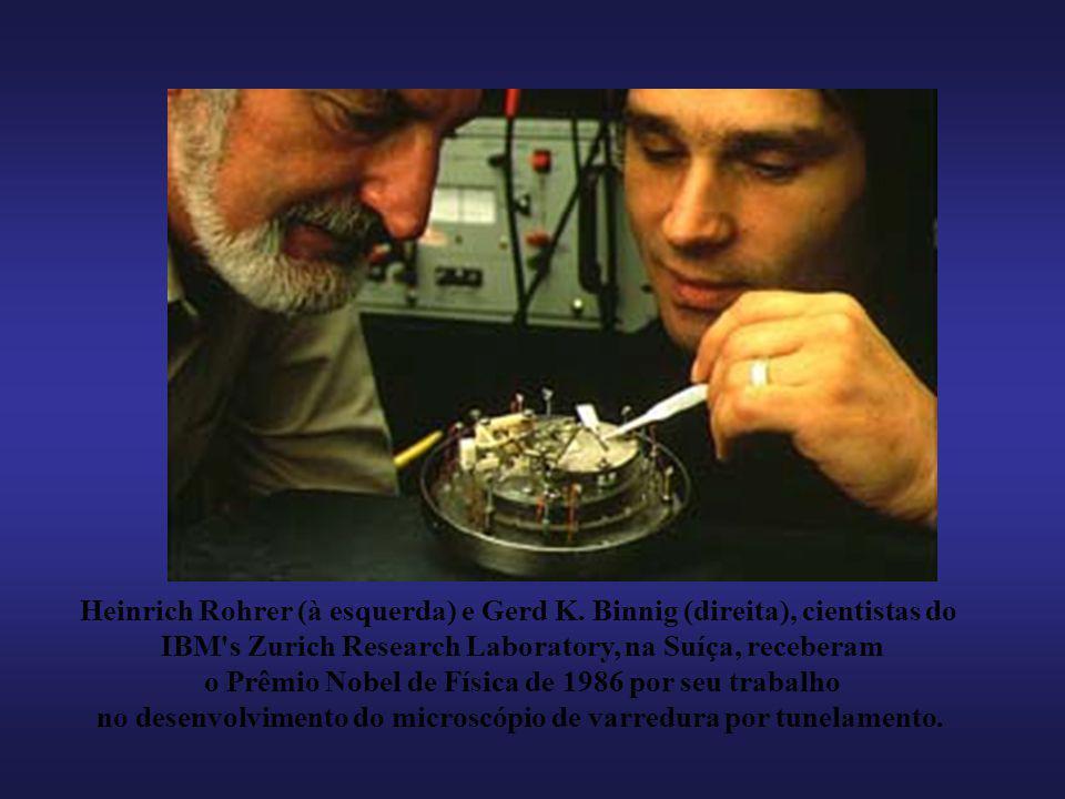 Heinrich Rohrer (à esquerda) e Gerd K. Binnig (direita), cientistas do IBM's Zurich Research Laboratory, na Suíça, receberam o Prêmio Nobel de Física