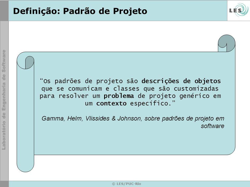 © LES/PUC-Rio Definição: Padrão de Projeto Os padrões de projeto são descrições de objetos que se comunicam e classes que são customizadas para resolv