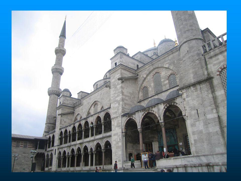 Por sua localização estratégica, Istambul foi vítima de muitas guerras, muitos cercos de guerra, além dos terremotos.