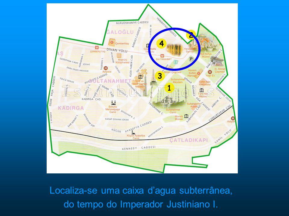 Localiza-se uma caixa dagua subterrânea, do tempo do Imperador Justiniano I.