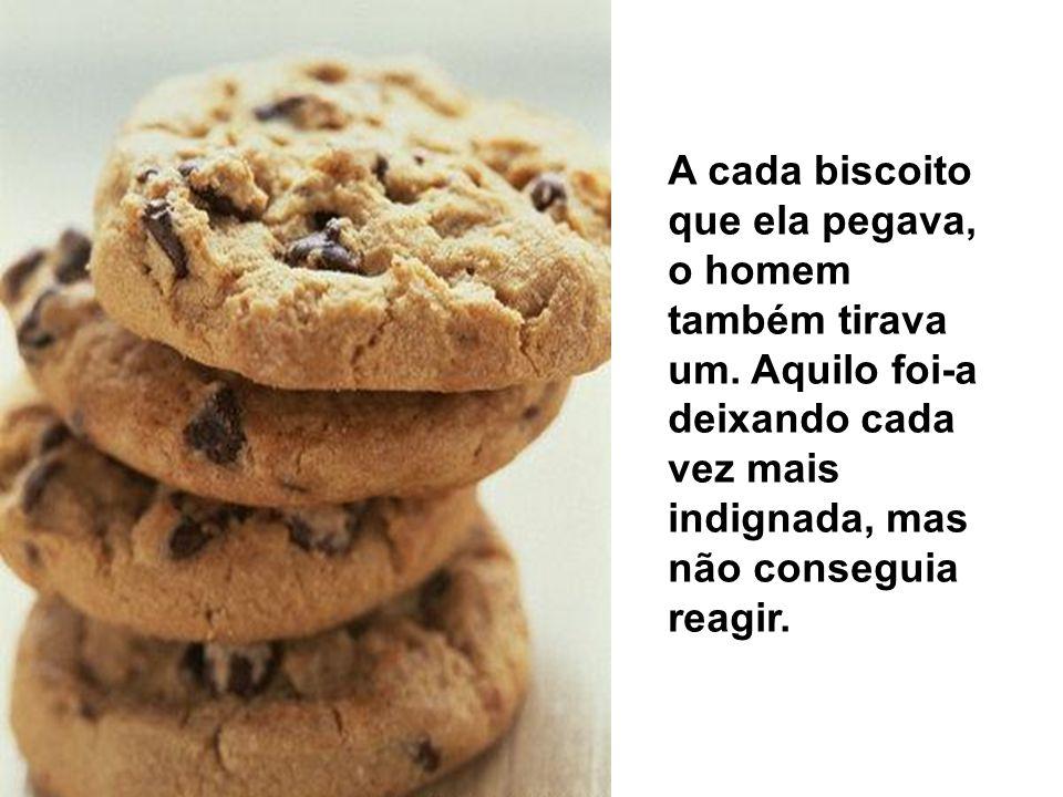 A cada biscoito que ela pegava, o homem também tirava um.