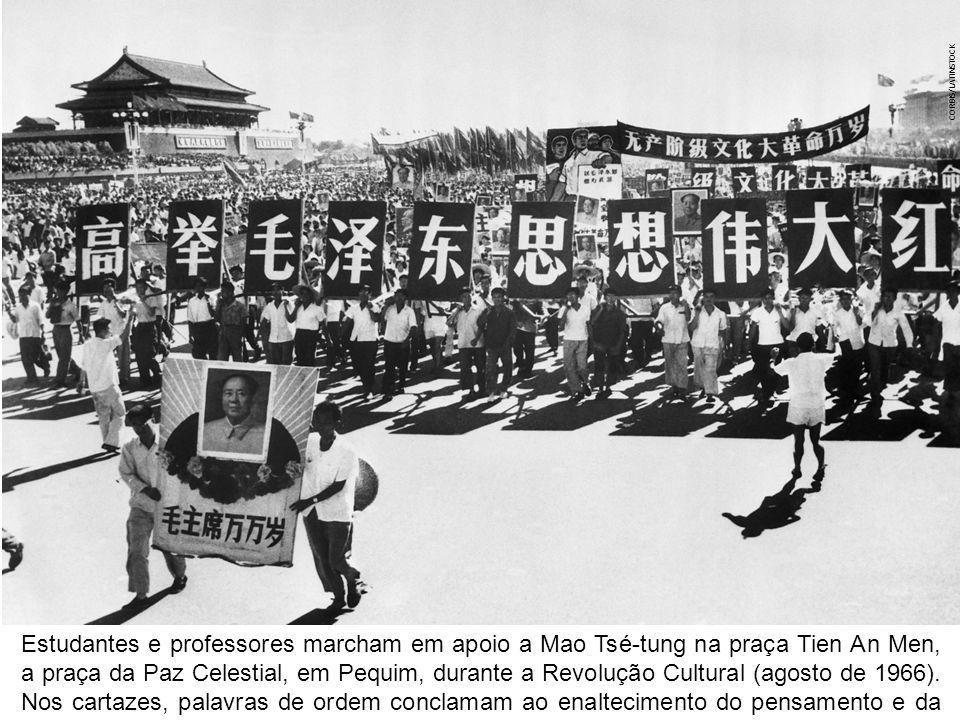 Esfriamento da Terra e primeiras c é lulas: 3 bilhões de anos CORBIS/LATINSTOCK Estudantes e professores marcham em apoio a Mao Tsé-tung na praça Tien