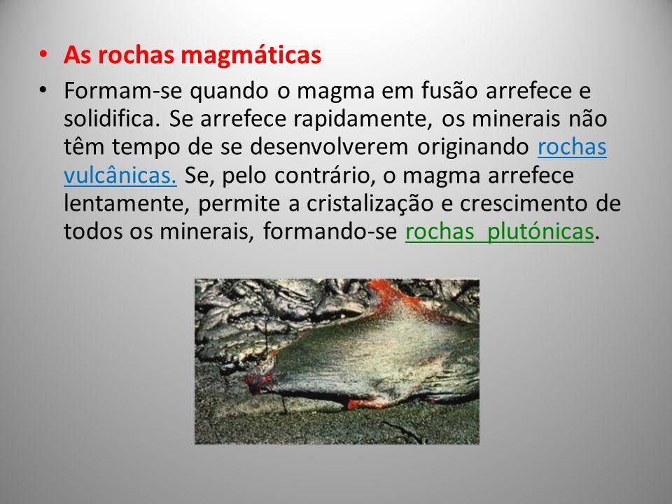 As rochas magmáticas Formam-se quando o magma em fusão arrefece e solidifica. Se arrefece rapidamente, os minerais não têm tempo de se desenvolverem o