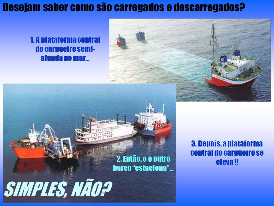 1. A plataforma central do cargueiro semi- afunda no mar… 2. Então, o o outro barco estaciona… 3. Depois, a plataforma central do cargueiro se eleva !
