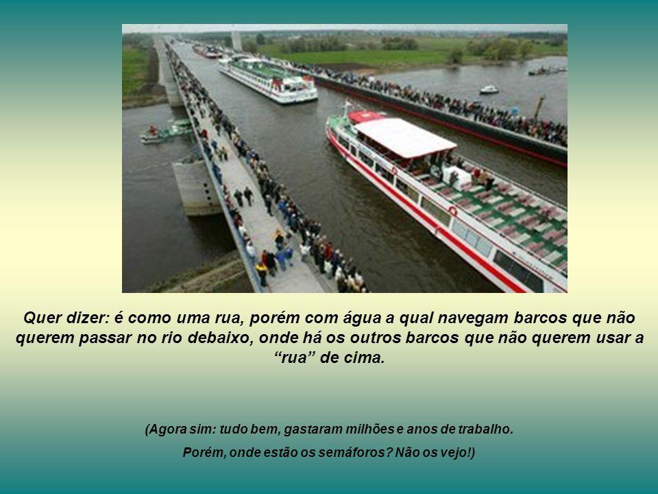 Quer dizer: é como uma rua, porém com água a qual navegam barcos que não querem passar no rio debaixo, onde há os outros barcos que não querem usar a