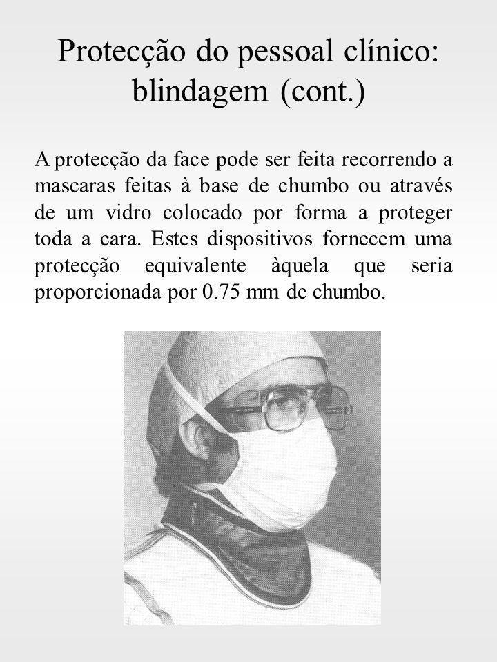 Protecção do pessoal clínico: blindagem (cont.) A protecção da face pode ser feita recorrendo a mascaras feitas à base de chumbo ou através de um vidr