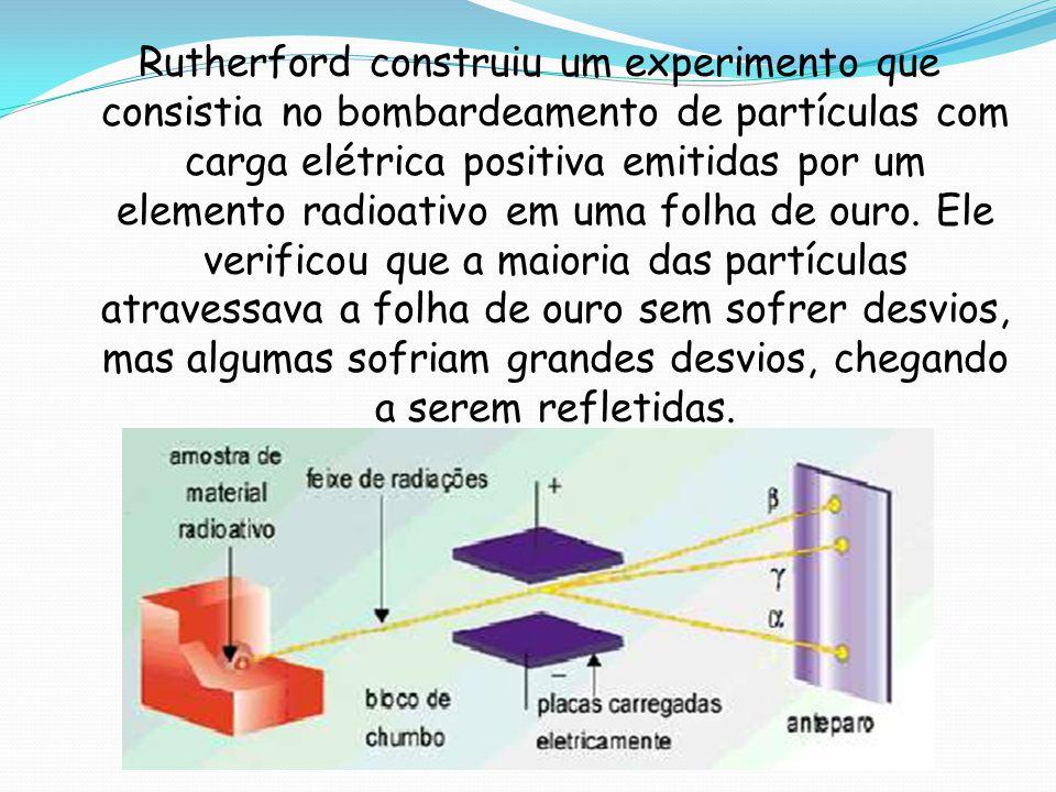Rutherford construiu um experimento que consistia no bombardeamento de partículas com carga elétrica positiva emitidas por um elemento radioativo em u