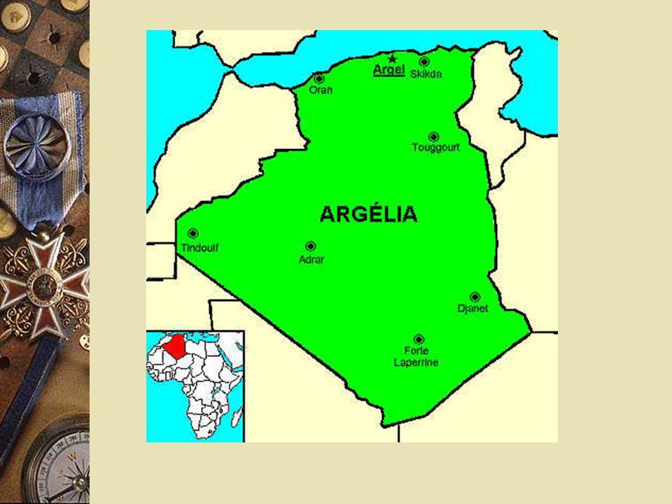 Soldados franceses guarnecendo prisioneiros argelinos