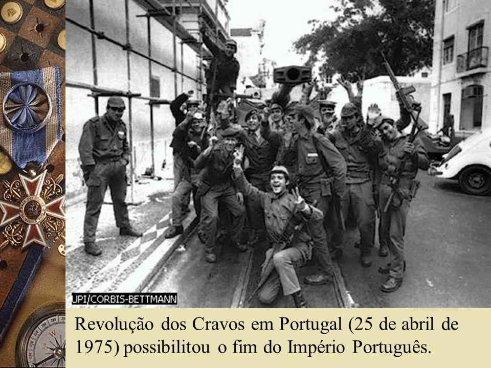 Revolução dos Cravos em Portugal (25 de abril de 1975) possibilitou o fim do Império Português.