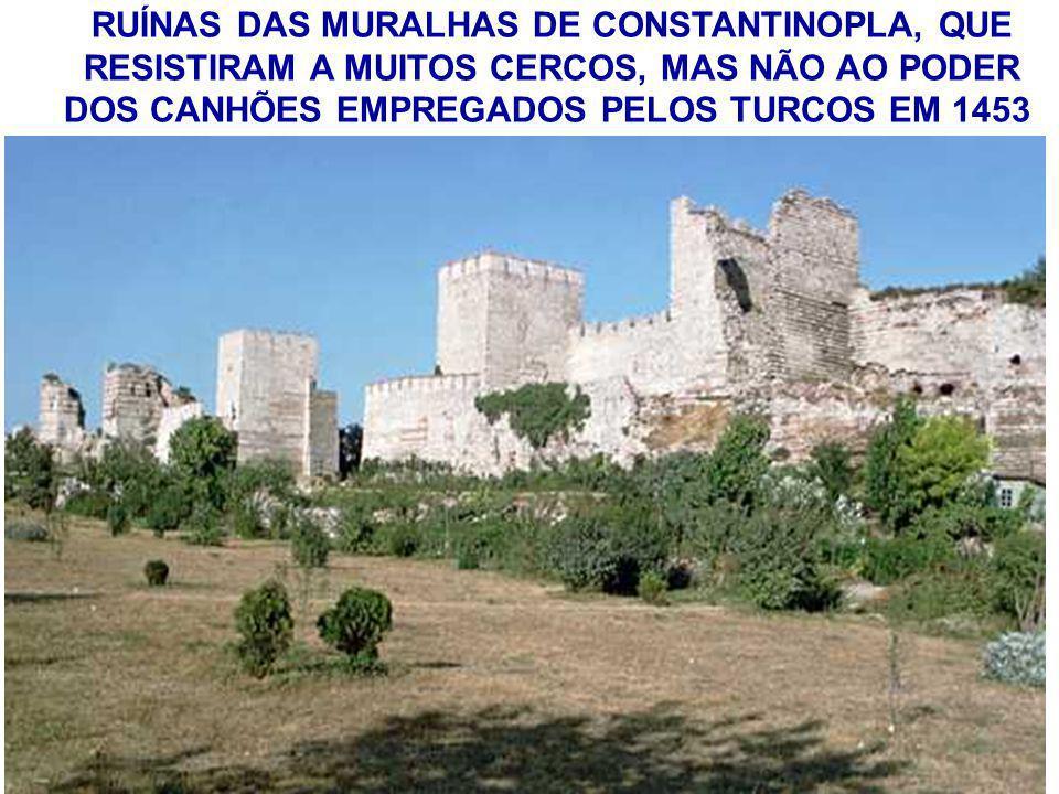 RUÍNAS DAS MURALHAS DE CONSTANTINOPLA, QUE RESISTIRAM A MUITOS CERCOS, MAS NÃO AO PODER DOS CANHÕES EMPREGADOS PELOS TURCOS EM 1453