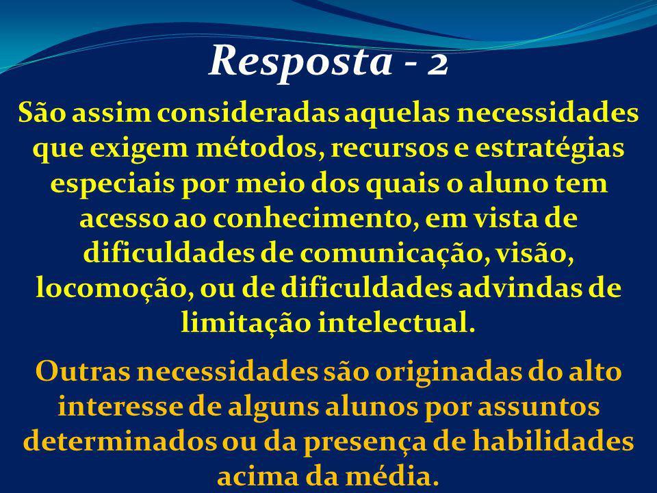 Resposta - 2 São assim consideradas aquelas necessidades que exigem métodos, recursos e estratégias especiais por meio dos quais o aluno tem acesso ao
