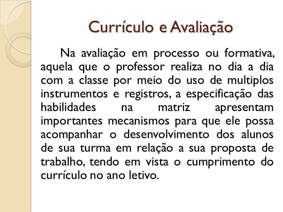 Currículo e Avaliação Na avaliação em processo ou formativa, aquela que o professor realiza no dia a dia com a classe por meio do uso de multiplos ins