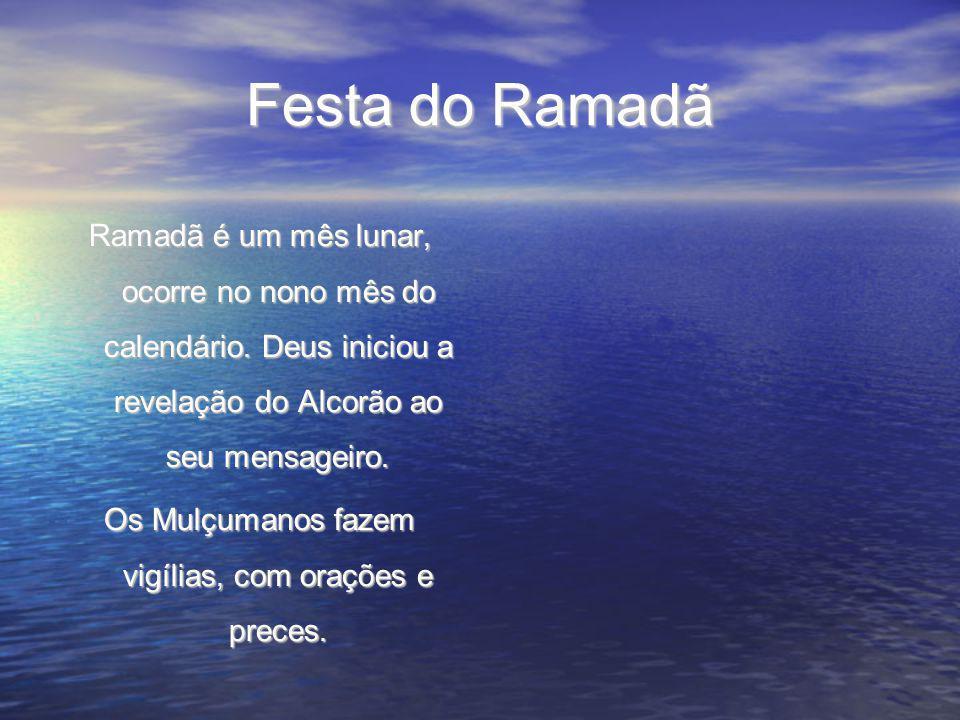 Festa do Ramadã Ramadã é um mês lunar, ocorre no nono mês do calendário. Deus iniciou a revelação do Alcorão ao seu mensageiro. Os Mulçumanos fazem vi