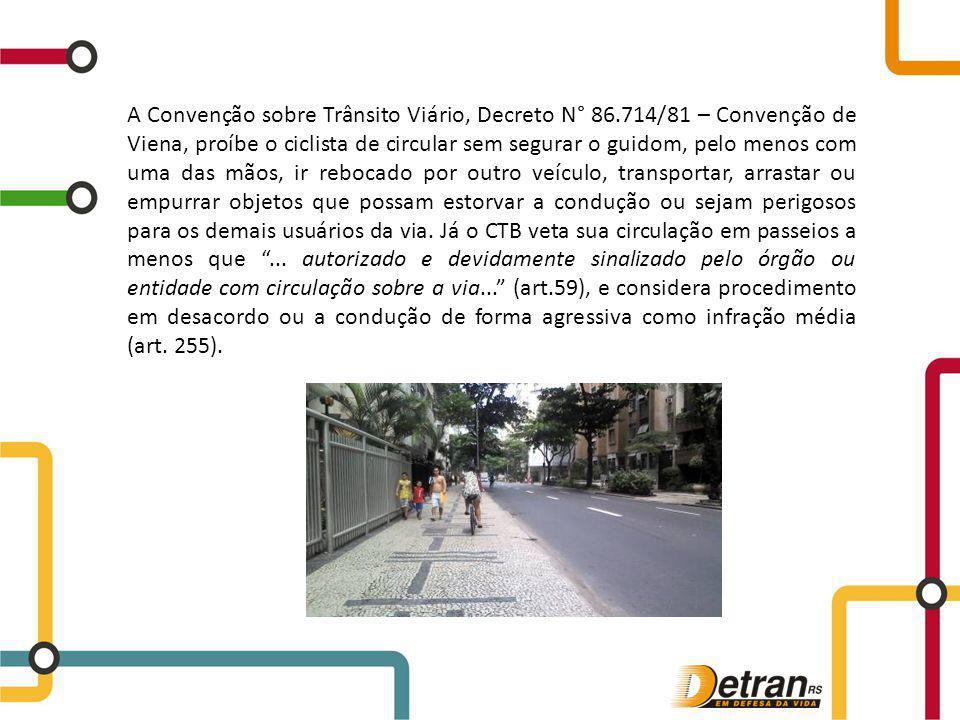 A Convenção sobre Trânsito Viário, Decreto N° 86.714/81 – Convenção de Viena, proíbe o ciclista de circular sem segurar o guidom, pelo menos com uma d