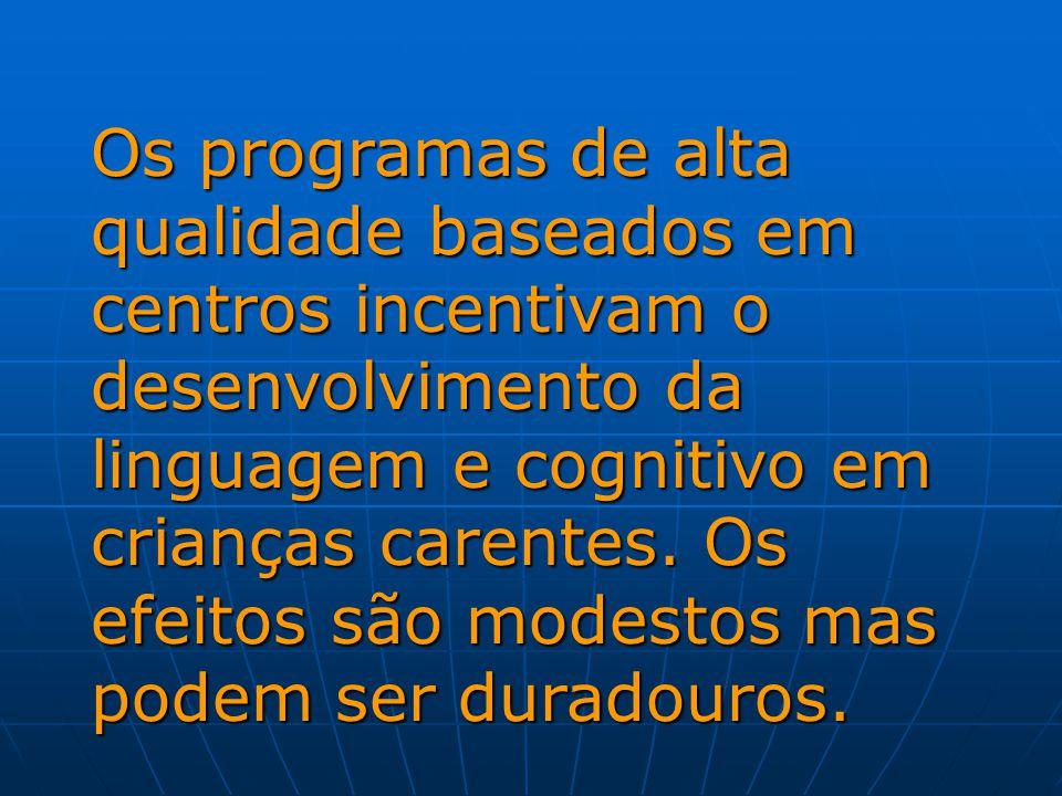 Os programas de alta qualidade baseados em centros incentivam o desenvolvimento da linguagem e cognitivo em crianças carentes.