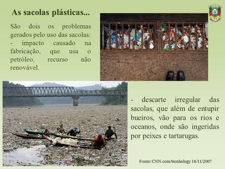 As sacolas plásticas... - descarte irregular das sacolas, que além de entupir bueiros, vão para os rios e oceanos, onde são ingeridas por peixes e tar