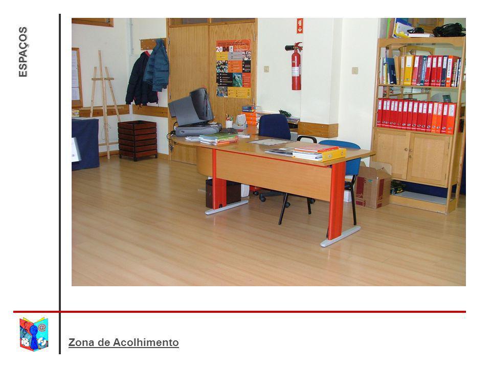 ESPAÇOS Esta zona destina-se: ao atendimento e ao serviço de empréstimo; ao esclarecimento de dúvidas sobre o material existente; ao auxilio na procura e selecção de materiais.