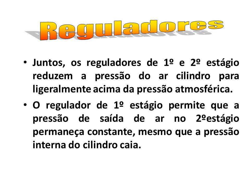 Juntos, os reguladores de 1º e 2º estágio reduzem a pressão do ar cilindro para ligeralmente acima da pressão atmosférica. O regulador de 1º estágio p