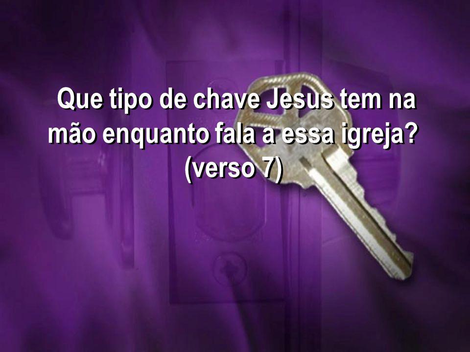 Que tipo de chave Jesus tem na mão enquanto fala a essa igreja? (verso 7)
