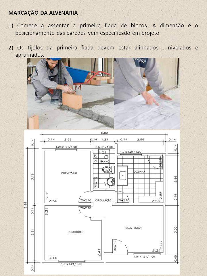 1) Comece a assentar a primeira fiada de blocos. A dimensão e o posicionamento das paredes vem especificado em projeto. 2) Os tijolos da primeira fiad
