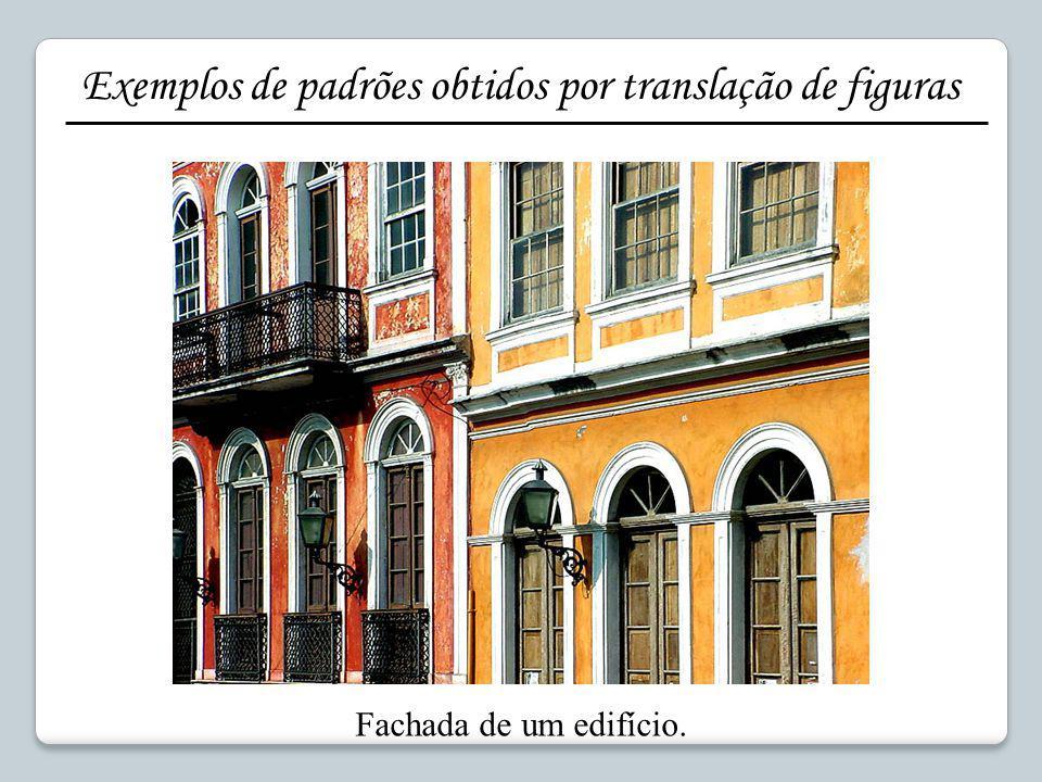 Fachada de um edifício. Exemplos de padrões obtidos por translação de figuras