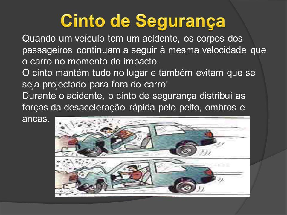 Quando um veículo tem um acidente, os corpos dos passageiros continuam a seguir à mesma velocidade que o carro no momento do impacto. O cinto mantém t