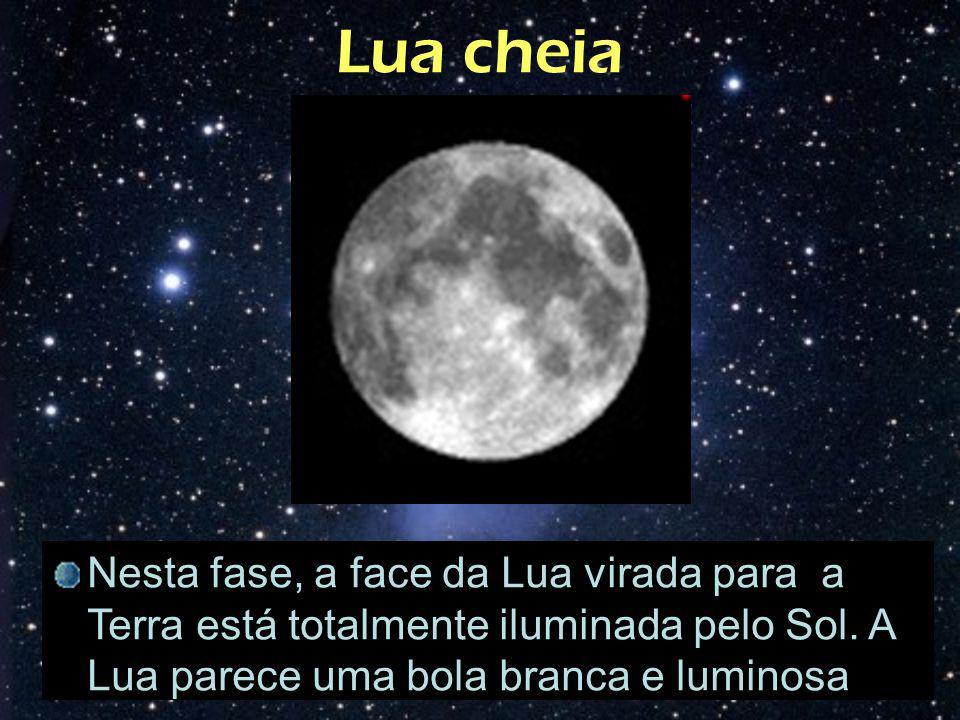 Lua cheia Nesta fase, a face da Lua virada para a Terra está totalmente iluminada pelo Sol. A Lua parece uma bola branca e luminosa.