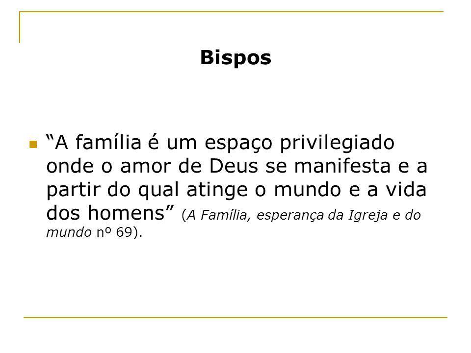 Bispos A família é um espaço privilegiado onde o amor de Deus se manifesta e a partir do qual atinge o mundo e a vida dos homens (A Família, esperança