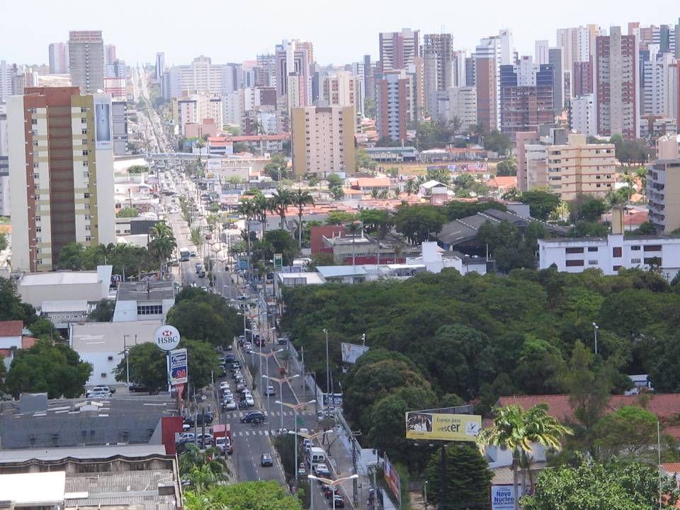 Características da urbanização brasileira 1.Iniciada após a 2ª Guerra Mundial; 2.Atualmente 81,23% da população brasileira residem no meio urbano; 3.Gerou um processo de metropolização, macrocefalia e hipertrofia do setor terciário; 4.Até a década de 1930, nossa rede urbana era desarticulada (ARQUIPÉLAGOS REGIONAIS); 5.A partir de 1930, a rede urbana integrada (CENTRO – PERIFERIA); 6.Criou uma SEGREGAÇÃO SÓCIO-ESPACIAL URBANA, (bairros nobres e bairros pobres); 7.A violência urbana – roubo, assalto, seqüestro, homicídio, etc.