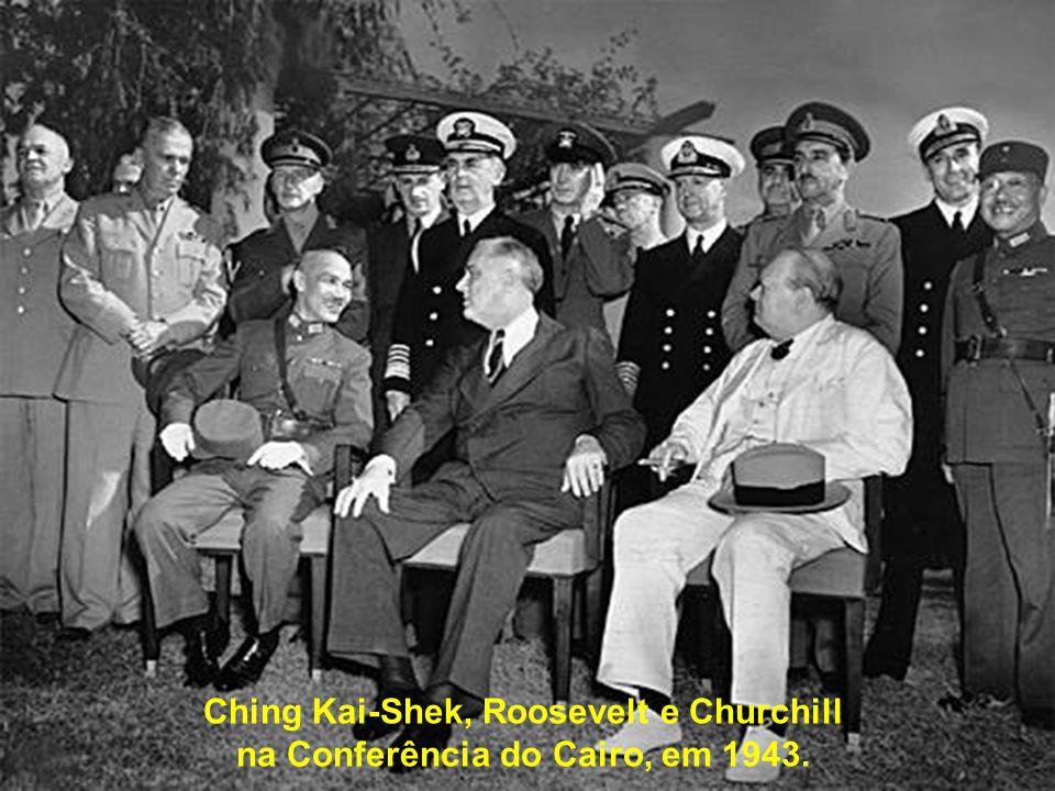Ching Kai-Shek, Roosevelt e Churchill na Conferência do Cairo, em 1943.