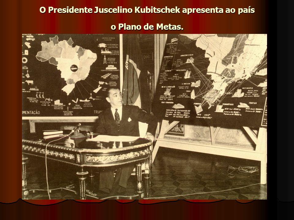O Presidente Juscelino Kubitschek apresenta ao país o Plano de Metas.