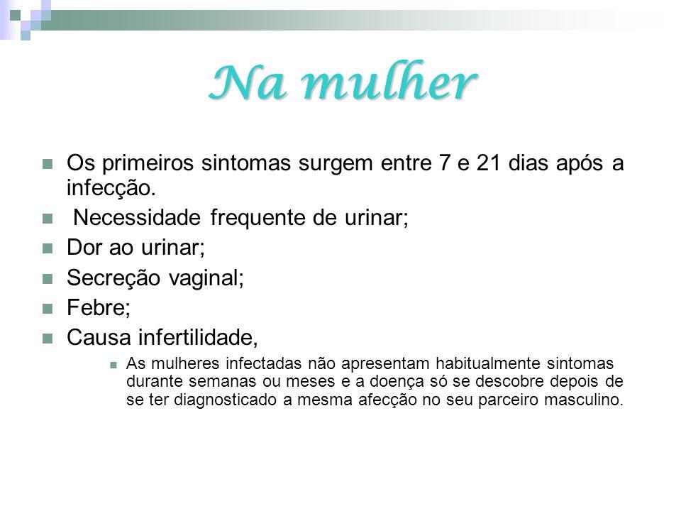 Na mulher Os primeiros sintomas surgem entre 7 e 21 dias após a infecção. Necessidade frequente de urinar; Dor ao urinar; Secreção vaginal; Febre; Cau