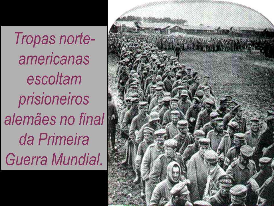 Tropas norte- americanas escoltam prisioneiros alemães no final da Primeira Guerra Mundial.
