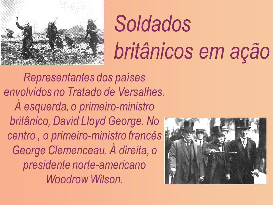 Soldados britânicos em ação Representantes dos países envolvidos no Tratado de Versalhes. À esquerda, o primeiro-ministro britânico, David Lloyd Georg