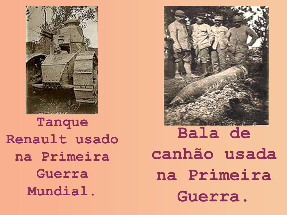 Tanque Renault usado na Primeira Guerra Mundial. Bala de canhão usada na Primeira Guerra.