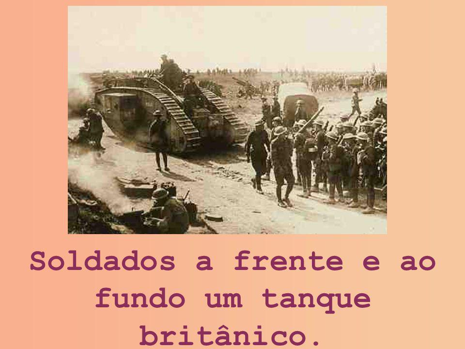 Soldados a frente e ao fundo um tanque britânico.