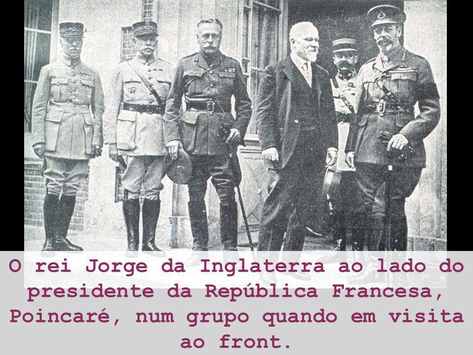 O rei Jorge da Inglaterra ao lado do presidente da República Francesa, Poincaré, num grupo quando em visita ao front.