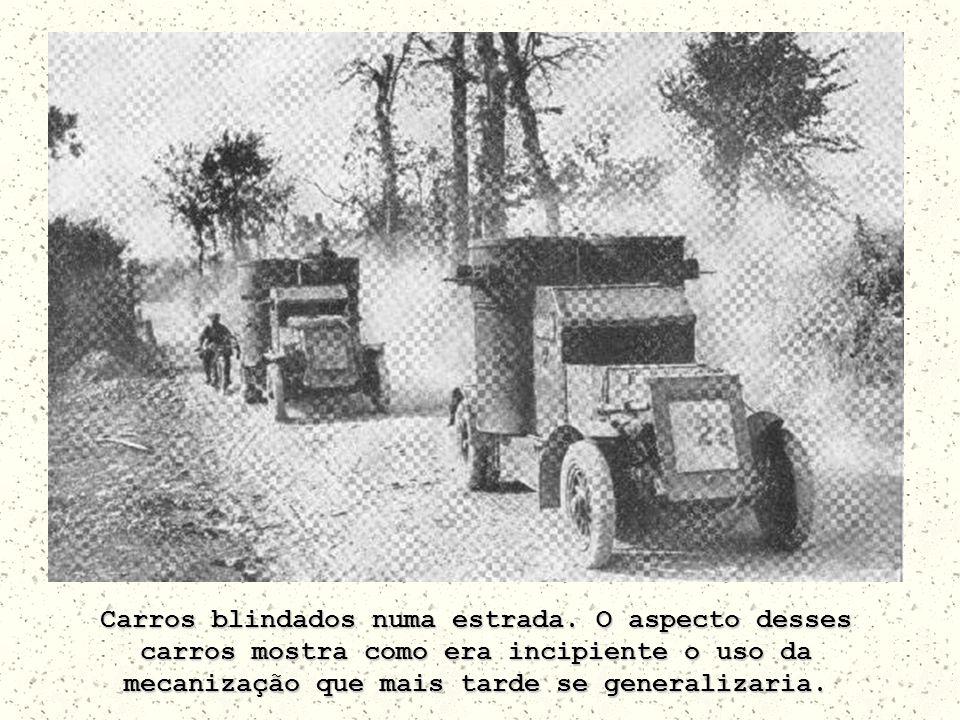 Carros blindados numa estrada. O aspecto desses carros mostra como era incipiente o uso da mecanização que mais tarde se generalizaria.
