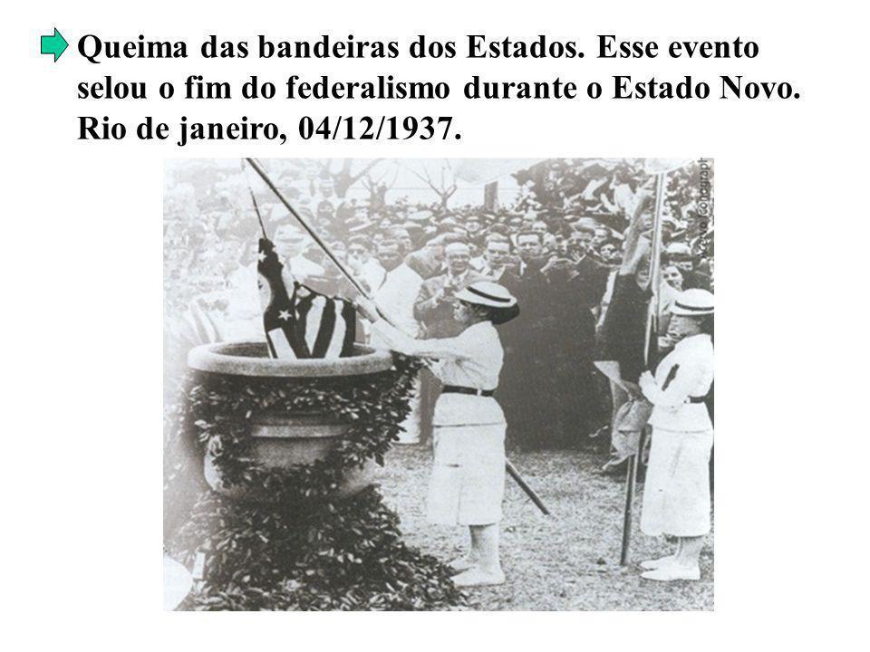 Queima das bandeiras dos Estados. Esse evento selou o fim do federalismo durante o Estado Novo. Rio de janeiro, 04/12/1937.