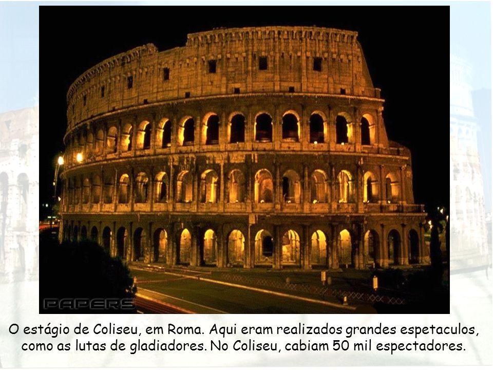 O estágio de Coliseu, em Roma. Aqui eram realizados grandes espetaculos, como as lutas de gladiadores. No Coliseu, cabiam 50 mil espectadores.