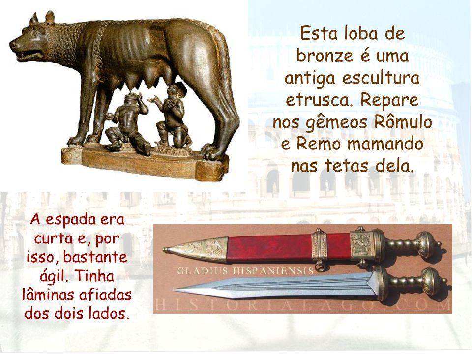 Esta loba de bronze é uma antiga escultura etrusca. Repare nos gêmeos Rômulo e Remo mamando nas tetas dela. A espada era curta e, por isso, bastante á