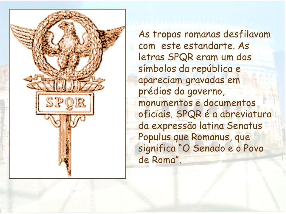 As tropas romanas desfilavam com este estandarte. As letras SPQR eram um dos símbolos da república e apareciam gravadas em prédios do governo, monumen