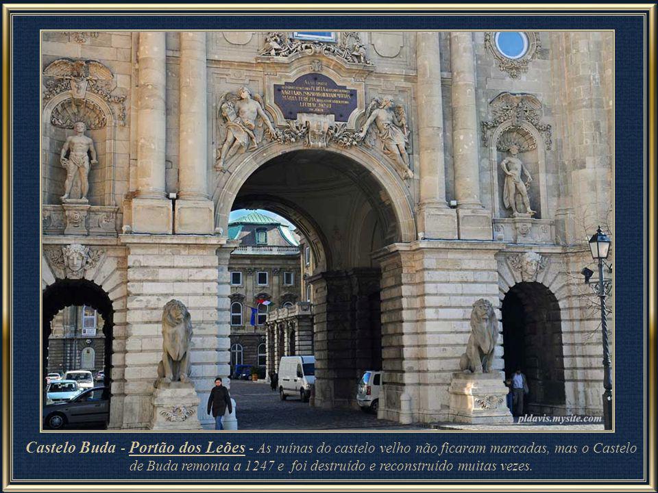 Junto ao Portão Habsburgo, escultura do Turul - A ave mítica Turul, segundo as antigas lendas húngaras, seria um enorme falcão ou águia, que já fazia