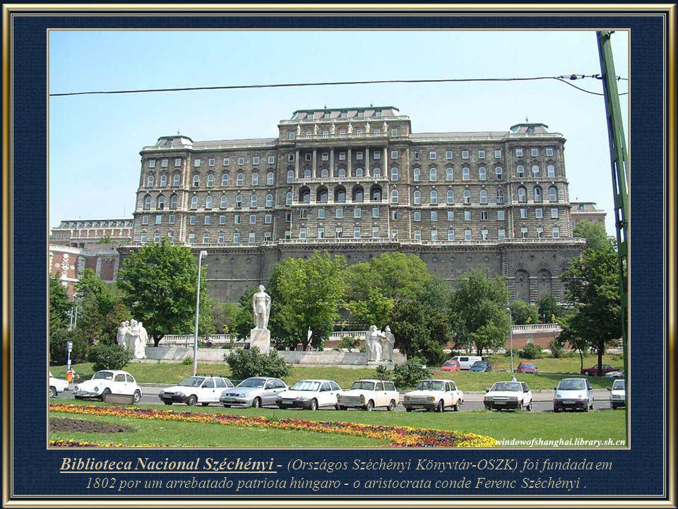 Fonte Matias (detalhe) – situada em uma das paredes externas do edifício do Palácio Real, é composta por um grupo monumental de esculturas. Obra de ar