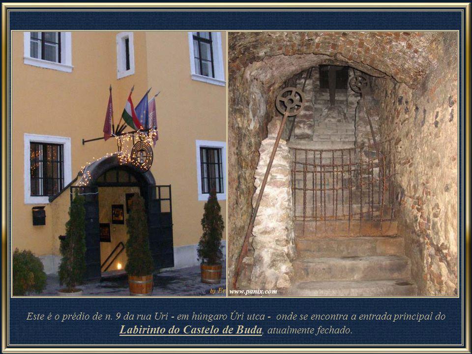 Rua Úri, no distrito do Castelo de Buda – nesta rua encontra-se a entrada para o Labirinto situado sob a Colina de Buda, com uma longa e rica história