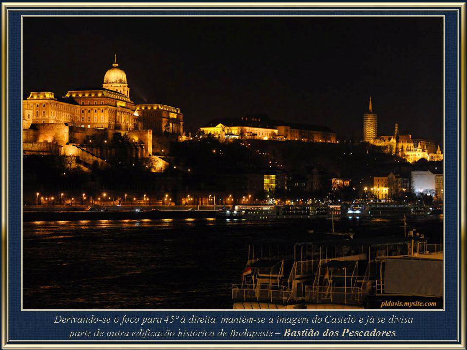 Budapeste surpreende a cada novo ângulo, a cada variação de luminosidade: ainda o Bastião dos Pescadores, tendo por primeiro plano a igreja de Santa A
