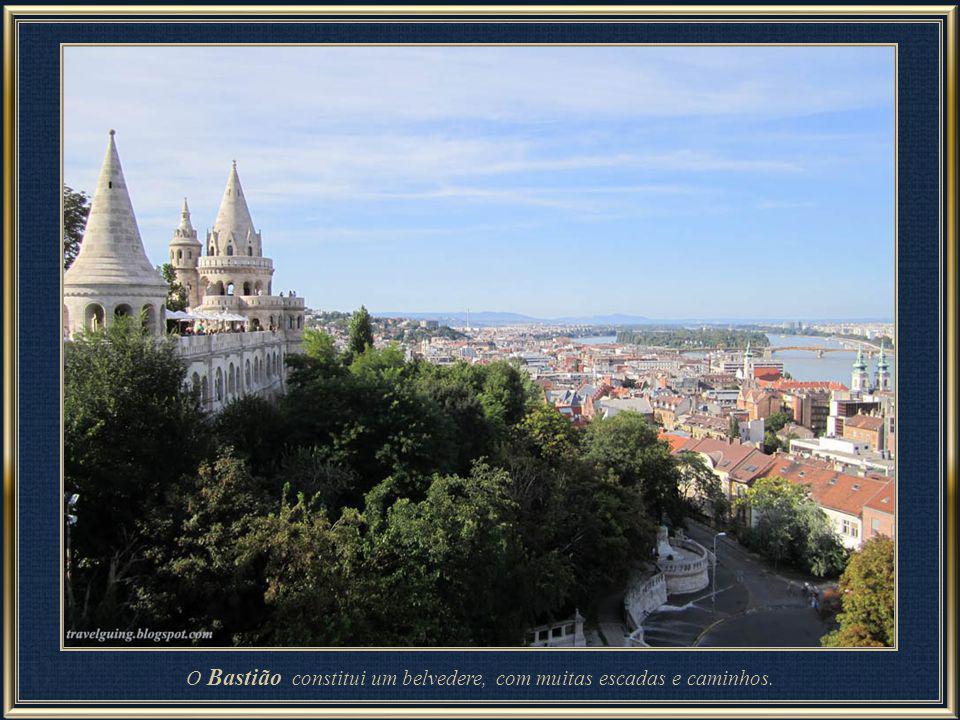 Tanto a Igreja Matias como seu vizinho o Bastião dos Pescadores estão situados no coração do Castelo de Buda (bairro). A Igreja foi originalmente cons