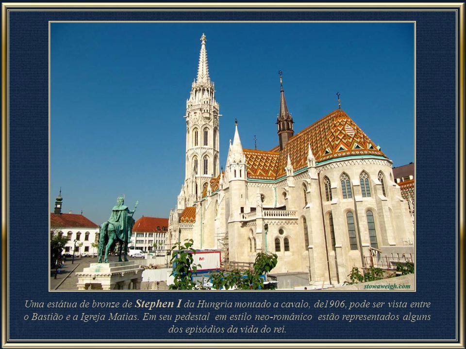Das torres do terraço tem-se uma vista panorâmica do Danúbio que abrange além do Parlamento, a ilha Margarete, Peste antiga e ainda o lado leste da Co