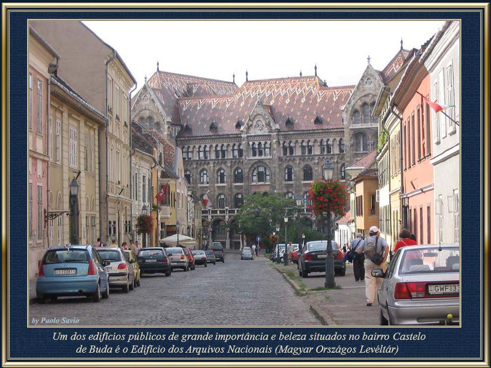 A lindíssima Igreja Matias, construída entre os séculos XIII e XV, possui um campanário medindo 89 m de altura. É surpreendente seu delicado telhado d